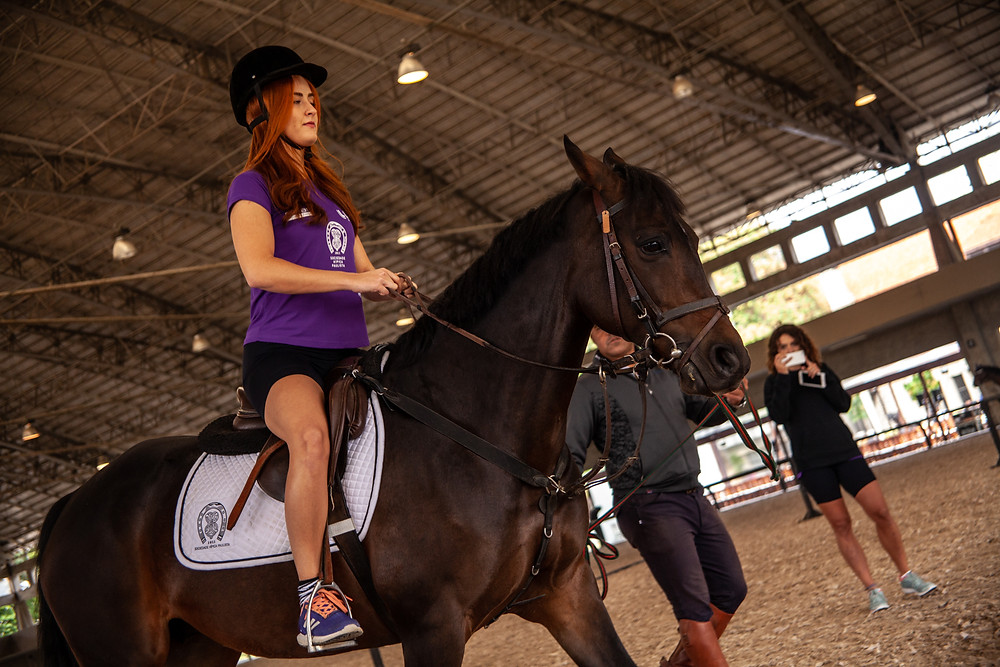 Júlia Peruci, atriz e RP, deu sua 1ª volta a cavalo (Divulgação)