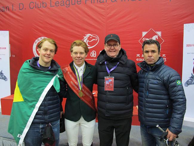 Orgulho brasileiro e em família: o campeão Philip com seu irmão Richard, pai Roderick Greenlees e o treinador Ruben Elisbón Martinez, o Bybon