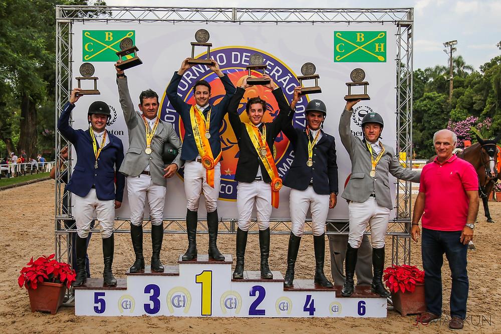 Vencedores da Copa Ouro com Francisco Mari, presidente do CHSA (foto: João Markun)