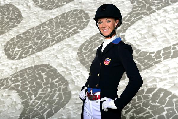 a imprensa especializada se reúne com a Federação Equestre dos Estados Unidos para ouvir a atleta de adestramento Laura Graves.