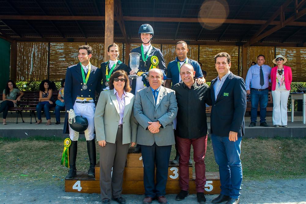 Vencedores Freestyle Inter I com juízes e dirigentes (ABPSL e CBH - divulgação)