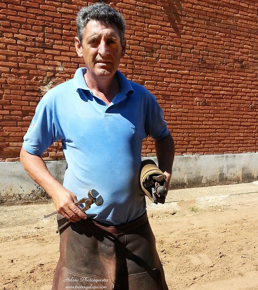 """Daniel """"Paco"""" dos Santos tornou-se ferrador e, por consequência, também ferreiro. De lá para cá, ferraduras e ferramentas fazem parte de sua vida profissional. Paco, como é conhecido no trabalho, lidera uma das duas equipes de ferradores que atendem o Centro de Treinamento Campinas do Jockey Club de SP."""