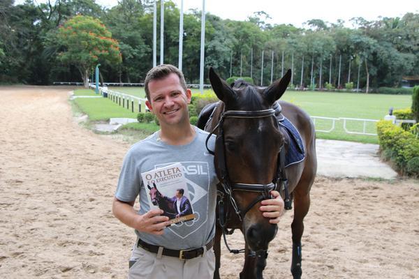 Marcio Appel com seu livro no Clube Hípico de Santo Amaro (C. May)