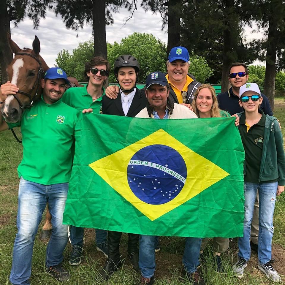Lucca Pereira Lima, ouro no CCI1*, comemora com sua equipe (Arquivo pessoal)