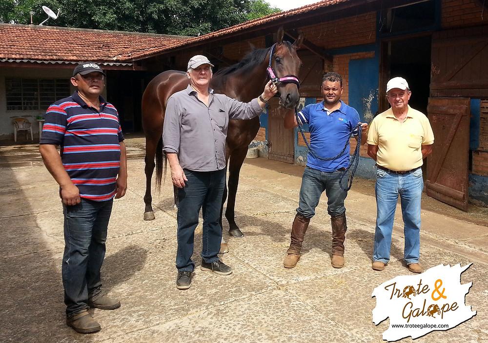 Na manhã de hoje, terça-feira (10/11), Trote&Galope fez uma visita ao Centro de Treinamento Campinas do Jockey Club SP para conhecer um pouco mais sobre a rotina de trabalho deReality Bites, vencedor do Derby Paulista no último sábado (08/11) no Hipódromo Cidade Jardim.