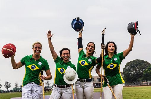 Equipe de polo feminino do Brasil comemora no Helvetia Polo