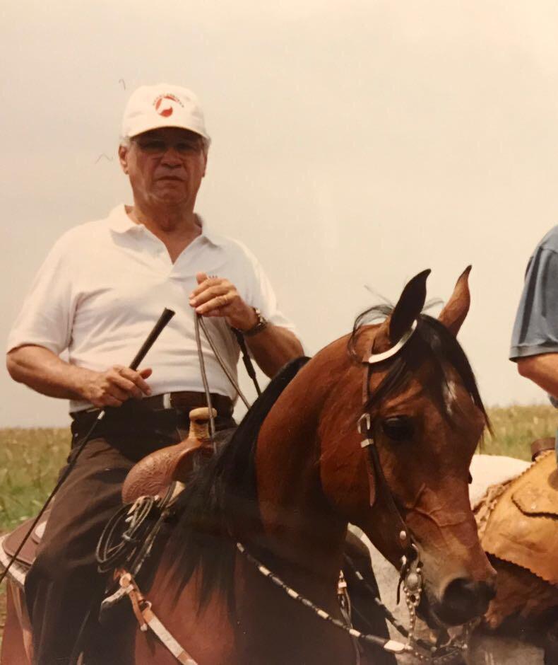 Mauricio Wanderley homenageado do páreo montado no cavalo Árabe (acervo pessoal)