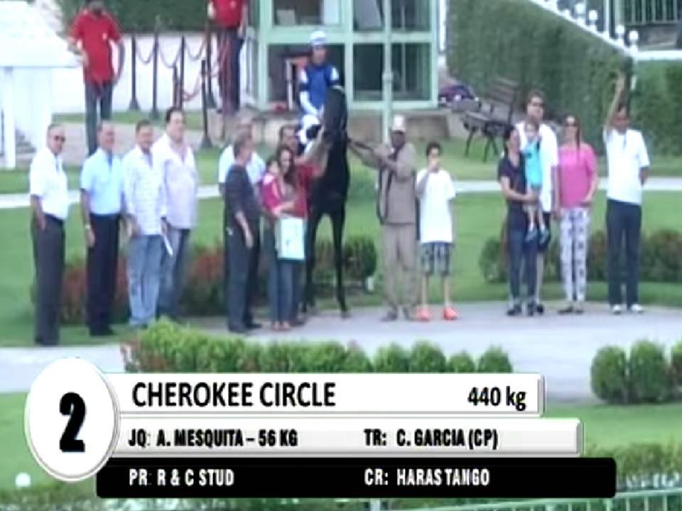 Cherokee Circle sob holofotes.