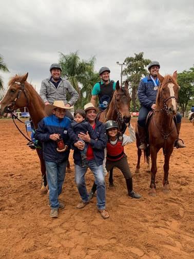 Foto com os Pais Atletas de Hipismo Rural - Em cima, Ivan Tore,  Adão Lopes e Alexandre Brandão, embaixo Lucas Campagna,  Luiz Carlos Miranda e João Pedro Brasileiro.