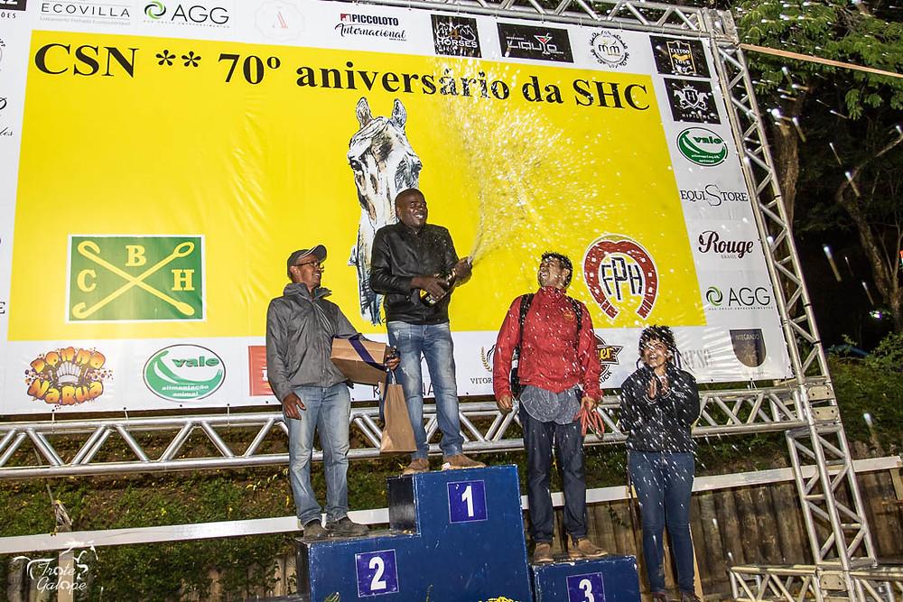 Os tratadores dos animais campeões tiveram sua vez no pódio com direito a champagne