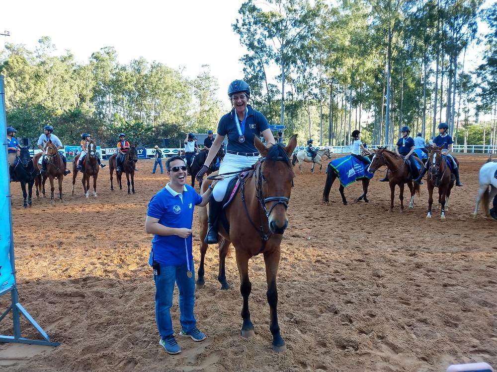5-Claudia Leschonski e Cururu GJ recebendo prêmio de campeã da categoria Master - Rural