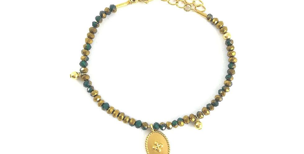 Bracelet de perles colorées et pampilles monté sur chaîne fine dorée.