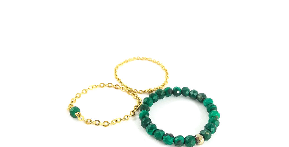 Lot de trois bagues en chaînes dorées et perles de malachite.