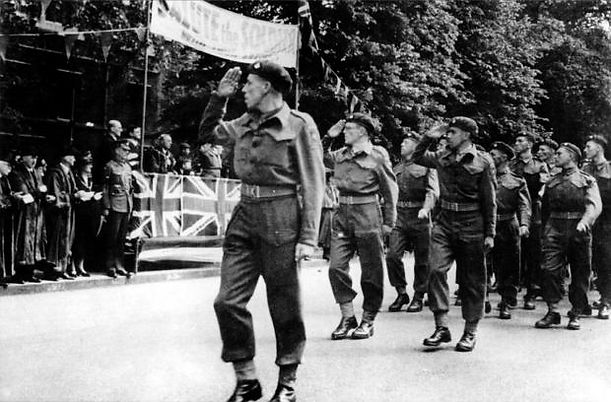 Major John Howard leading 2 Oxf & Bucks LI