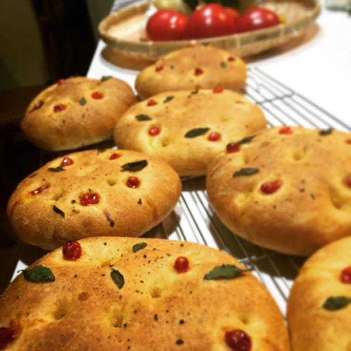 菊理農園の極上とまとを贅沢にミキサーにかけそのままパンの生地に、なかい野菜園のマイクロトマトとブッシュバジル、倉田ペッパーと岩塩。 美味しいに決まってます…(≧∇≦)