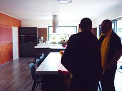 Dupseng Rinpočhe při prohlídce centra - kuchyně a jídelna