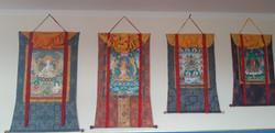 Tradiční thangky (vyobrazení buddhovských aspektů) na stěnách gompy