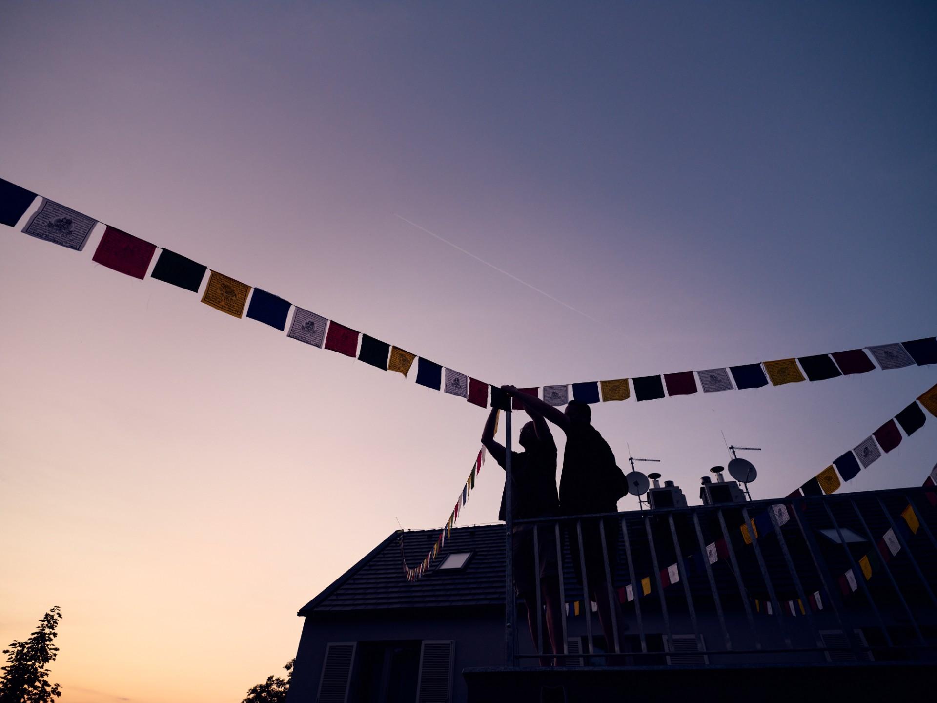 Zavěšení tradičních vlajek na střechu centra