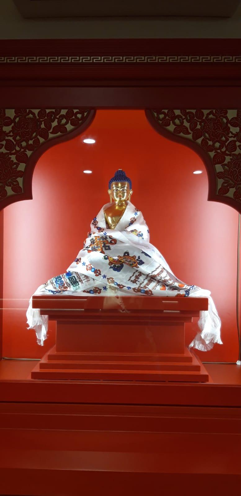 Socha Buddhy v oltáři