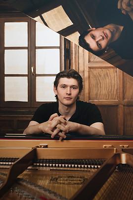 Harry-piano-web1.jpg