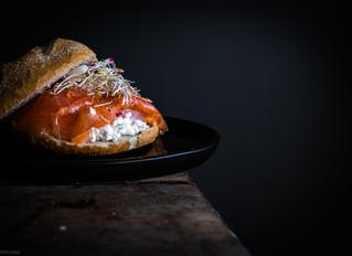 Italiaanse bol met cottage cheese en gerookte zalm