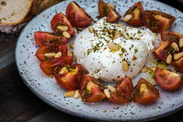 Mozzarella met tomaat en pijnboompitten