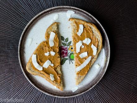 Toast met pindakaas en kokossnippers