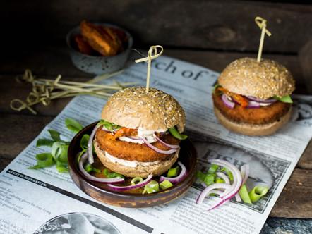Zalmburgers met zelfgemaakte knoflooksaus