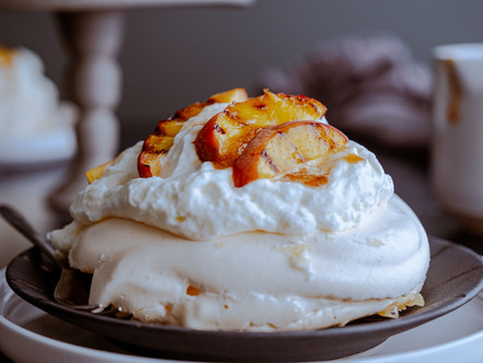 Mini pavlova met gegrilde perzik en karamel