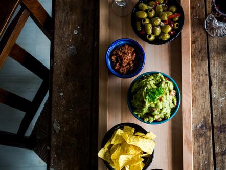 Tapas plankje met zelfgemaakte guacamole
