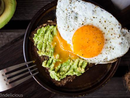 Haverkorn brood met avocado en ei