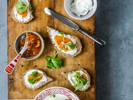 Oerbrood met geitenkaas spread, mango chutney en veldsla
