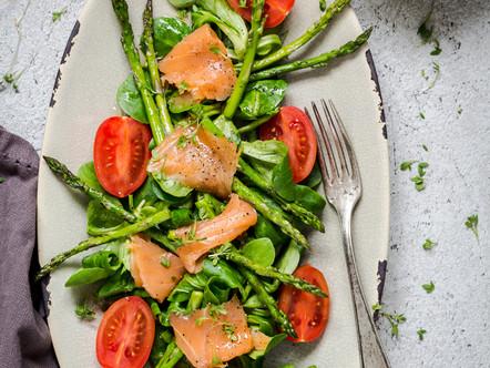 Groene salade met gerookte zalm en een dressing van limoen