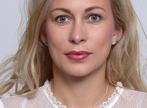 Model in der Galerie für Permanent Make up nach Behandlung in Hamburg