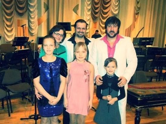 Певец Алексей Петров и зрители  концерта