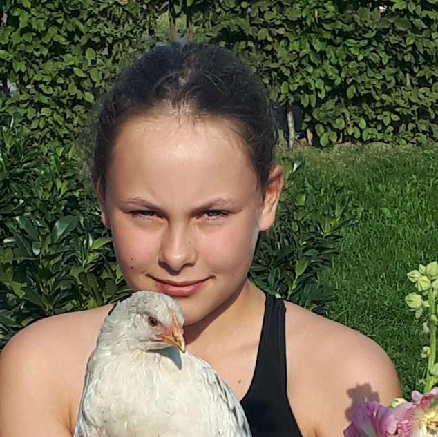 Lottakind mit Huhn