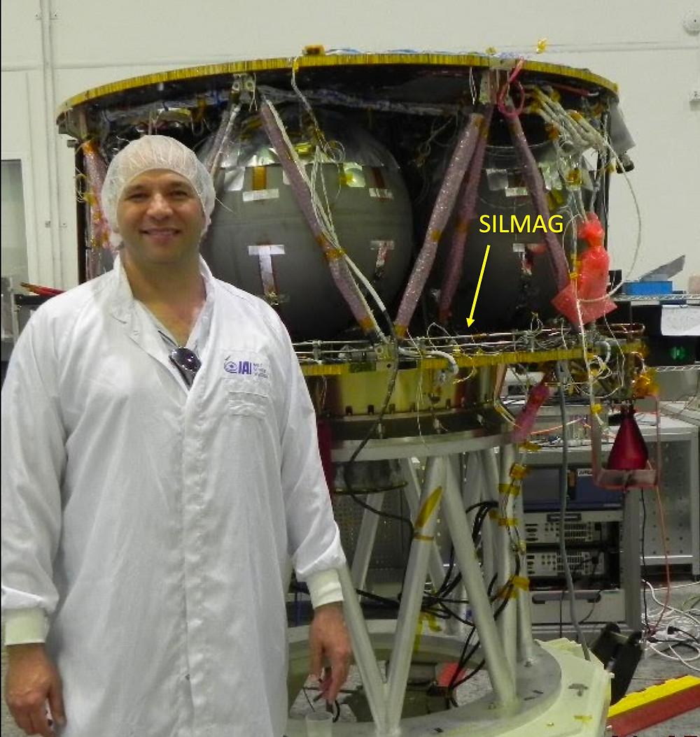מדען מול חללית בראשית
