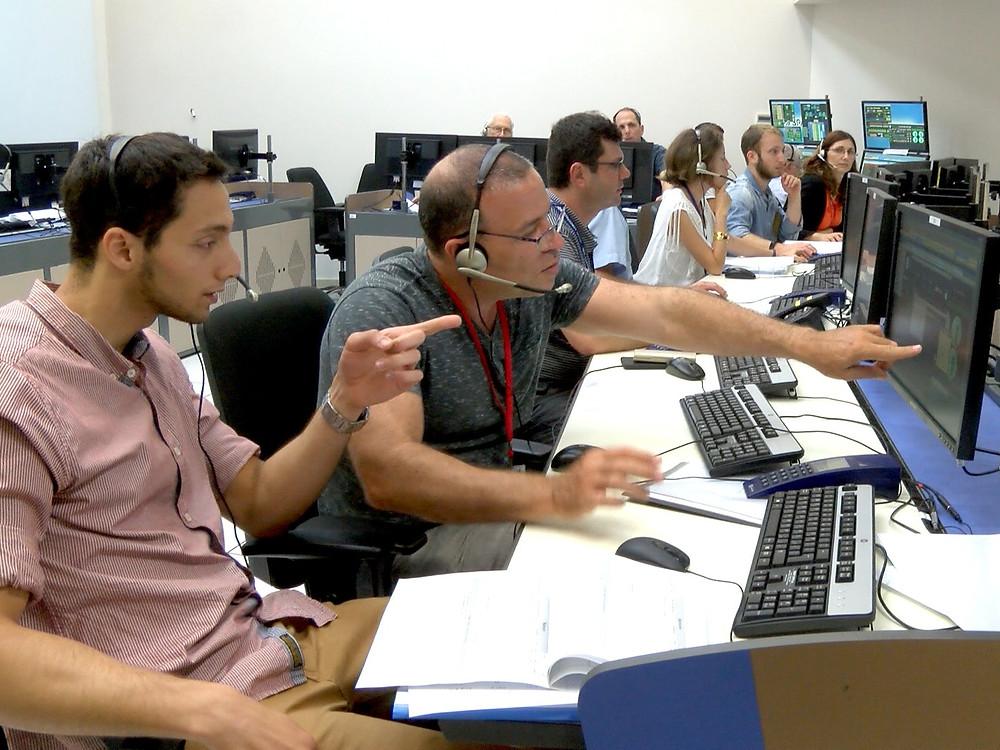 צוות ההנדסה יושב מול מחשבים