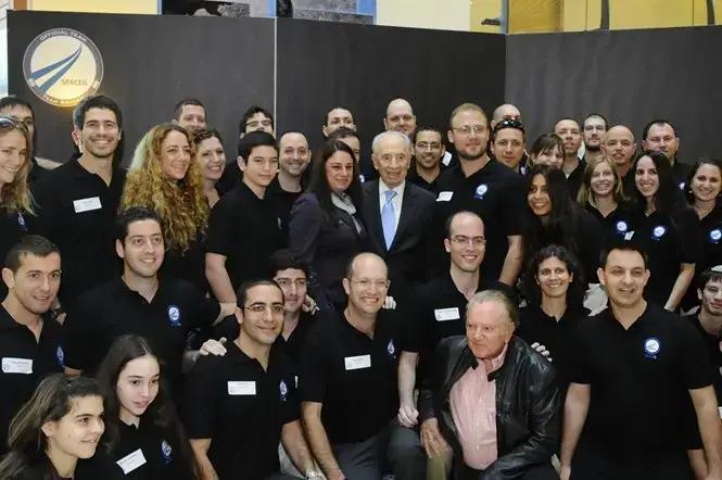 שמעון פרס, רונה רמון, המייסדים של חללית בראשית וצוות המתנדבים