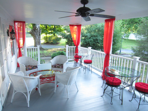 VacationHouse Bed & Breakfast Porch