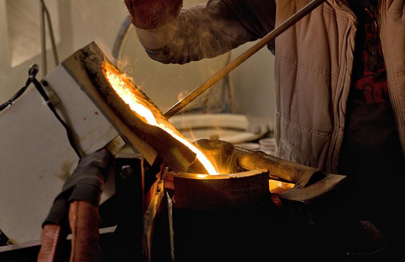 Odlévání zvonků z bronzu