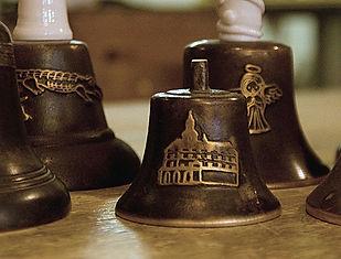 Unikátní zvonky s reliéfem z Ateliéru Zvonaře a Hrnčířky.
