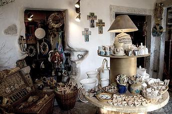 Pohled do obchodu v Ateliéru Zvonaře a Hrnčířky v Deštném v Orlických horách.