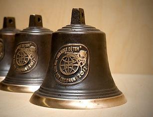 Zvon s reliéfem z Ateliéru Zvonaře a Hrnčířky.