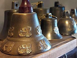 Zvonky s reliéfem z Ateliéru Zvonaře a Hrnčířky.
