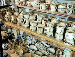 Keramika a porcelán v obchodě v Ateliéru Zvonaře a Hrnčířky.