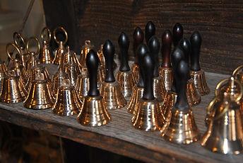 Bronzové zvonky v obchodě v Ateliéru Zvonaře a Hrnčířky.