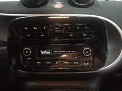 原車螢幕主要為按鈕式介面