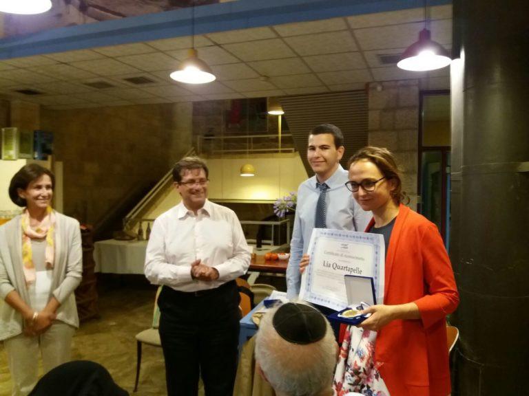 La consegna del diploma e la medaglia all'onorevole Quartapelle.