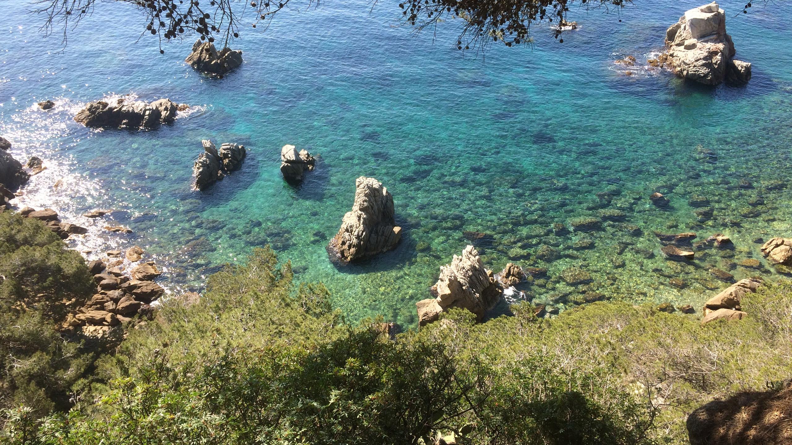 un recorrido que discurre por el antiguo camino de ronda que bordea el litoral de la Costa Brava